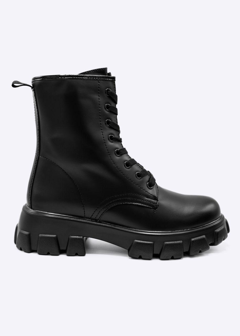 Schnür-Boots mit grober Sohle, schwarz
