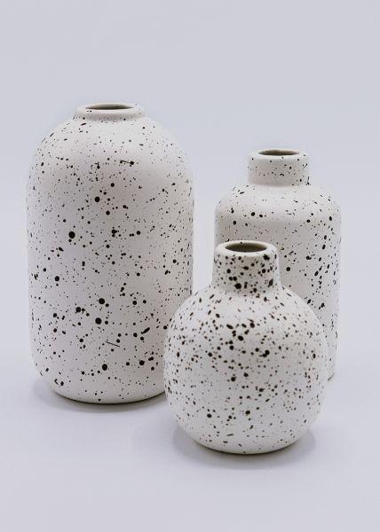 Dreiteiliges Vasen-Set mit schwarzen Spritzern, weiß